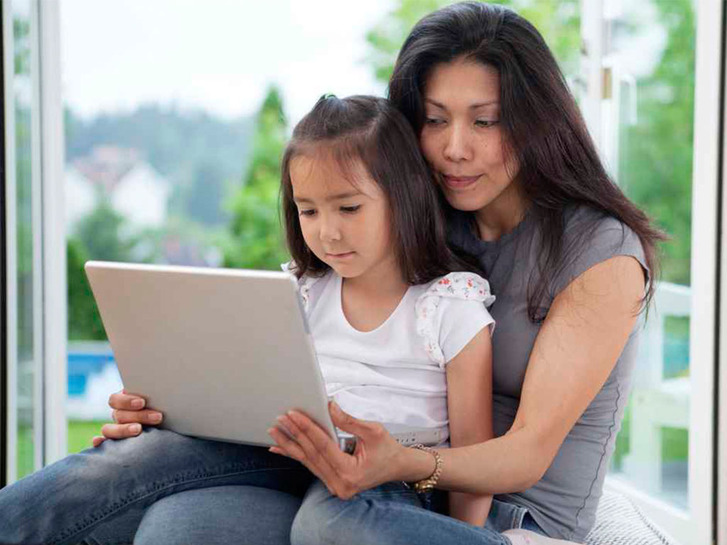asian-mom-and-daughter-on-laptop